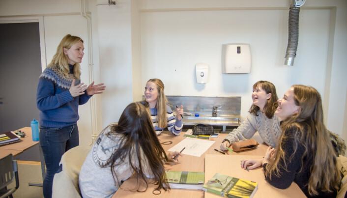 Lise Anfinsen i prat med en jentegjeng som skal i gang med TUBU-prosjektet neste år. Foto: Joakim S. Enger