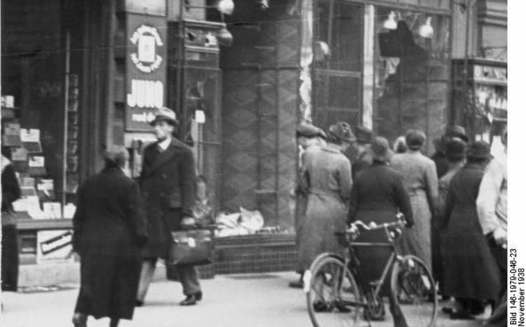 Sammenstimling av mennesker utenfor en ødelagt jødisk butikk i Magdeburg, dagen etter Krystallnatten. Foto: Bundesarchiv / de.wikipedia.org