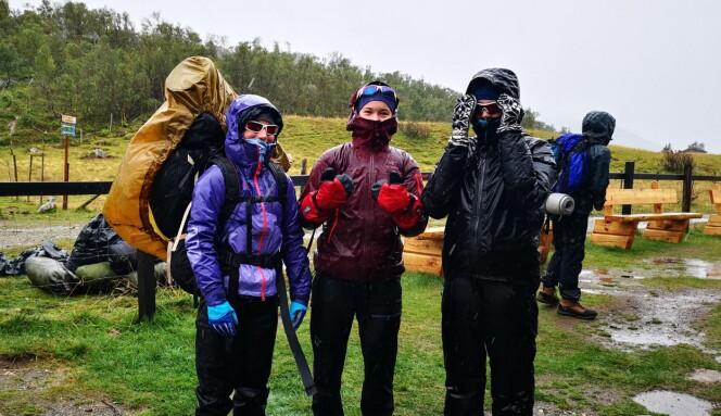Framme ved Jøldalshytta. «Det finnes ikke dårlig vær, bare dårlige klær». Foto: Ingvild Onsøien Strøm.