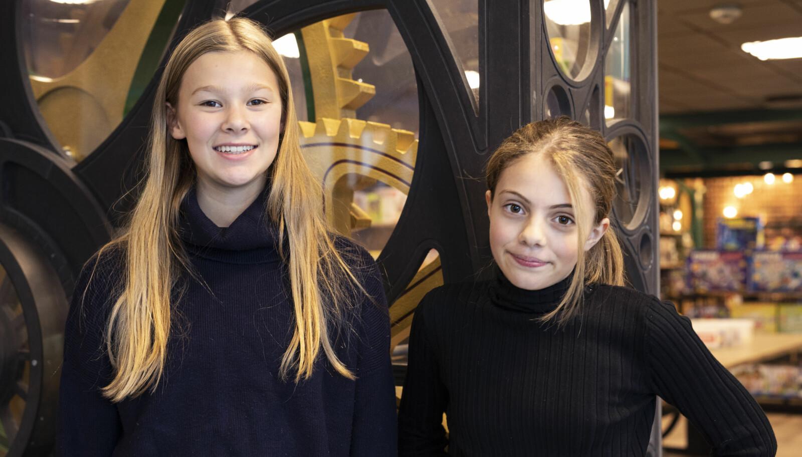 Det er veldig gøy her. Vi får gjøre flere eksperimenter enn på skolen, sier Elina (12). Tale (11, til høyre) er også talentsenteret på Teknisk museum. Foto: Maja Ljungberg Bjaaland