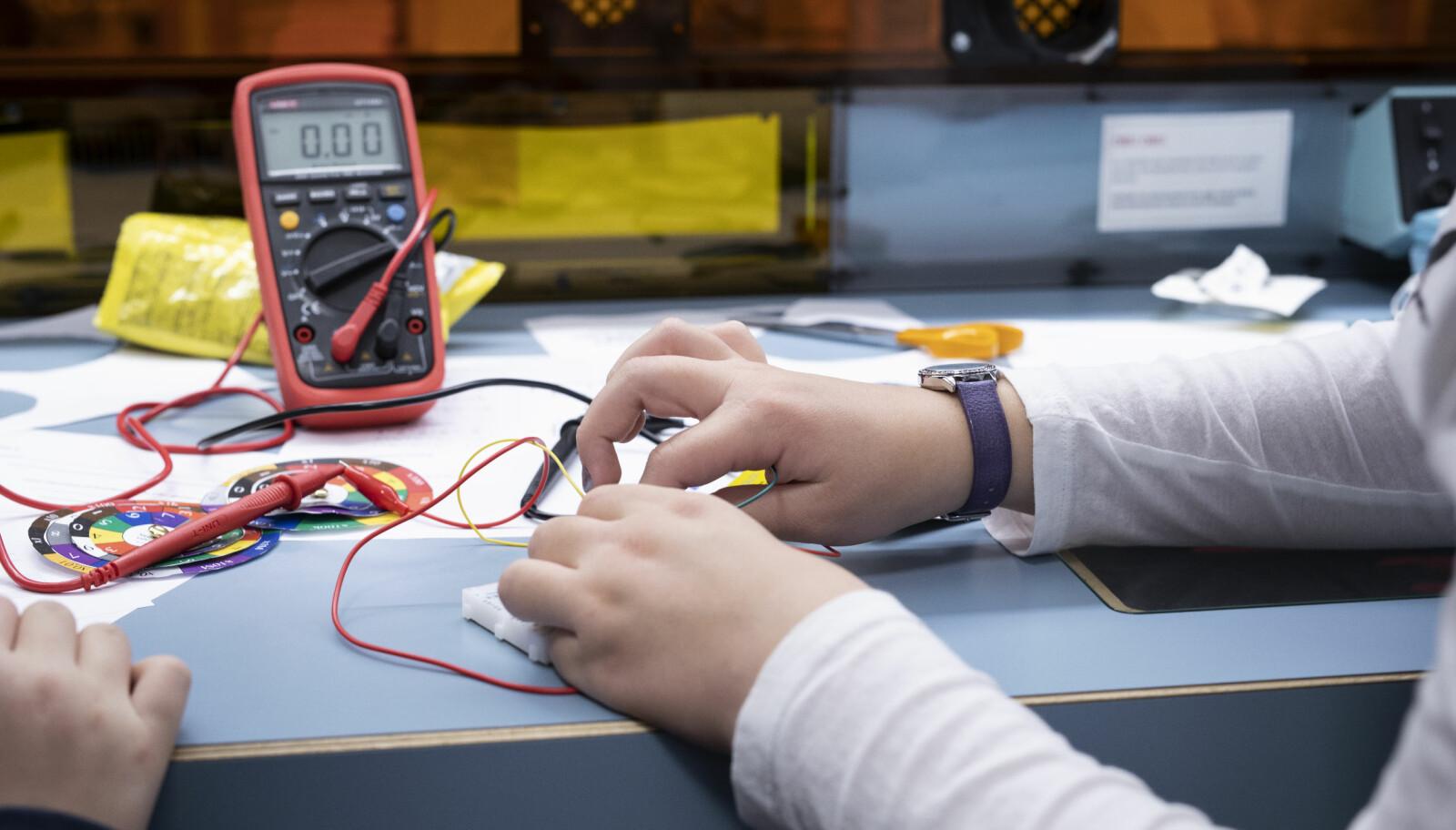 Elevene gjør målinger og regner ut strømstyrken med Ohms lov. Foto: Maja Ljungberg Bjaaland