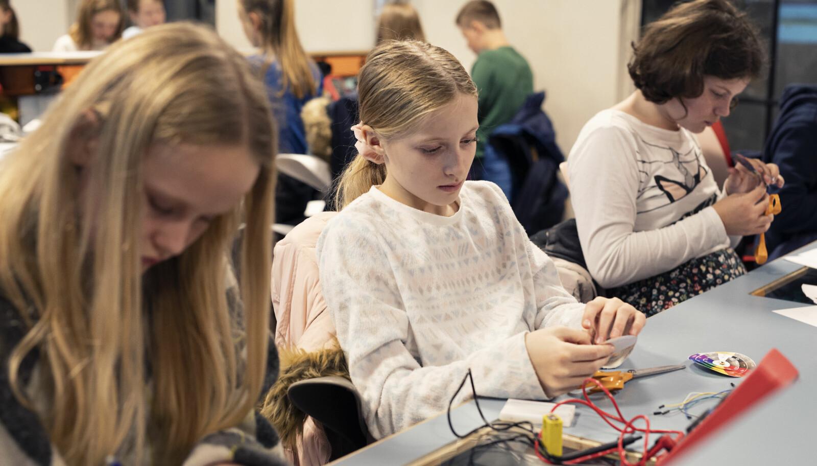 Moa (12), Caroline (12) og Amanda (12) måler og regner ut på Talentsenteret på Teknisk museum. Foto: Maja Ljungberg Bjaaland