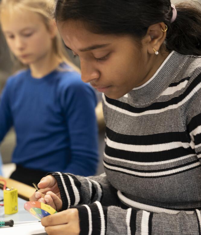 Akriti (12) og Vilde (12) er blant jentene med stort læringspotensial. I teknolabben får elevene større faglige utfordringer. Foto: Maja Ljungberg Bjaaland