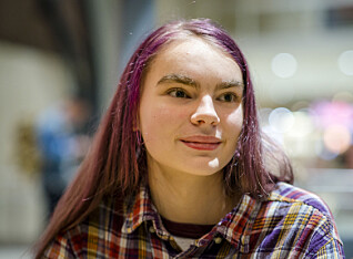 Anna (16) har ikke mange gode minner fra skolen, men hun har funnet seg til rette med venner i foreningen Lykkelige barn.
