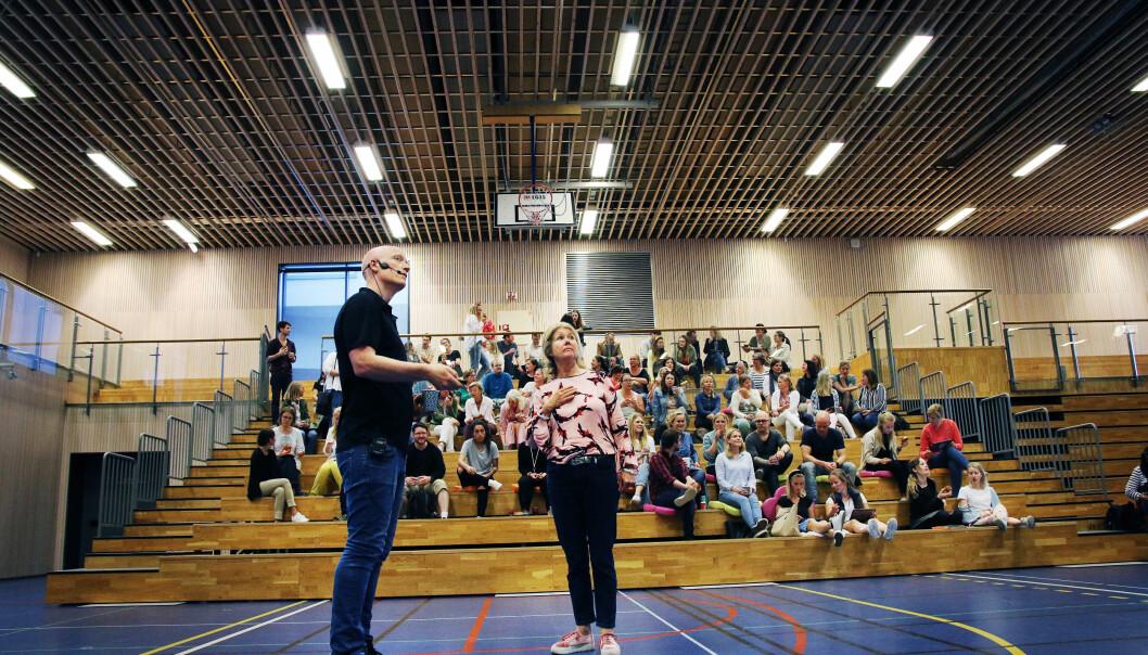 Børge Stave og rektor på Storøya skole, Britt Eia.