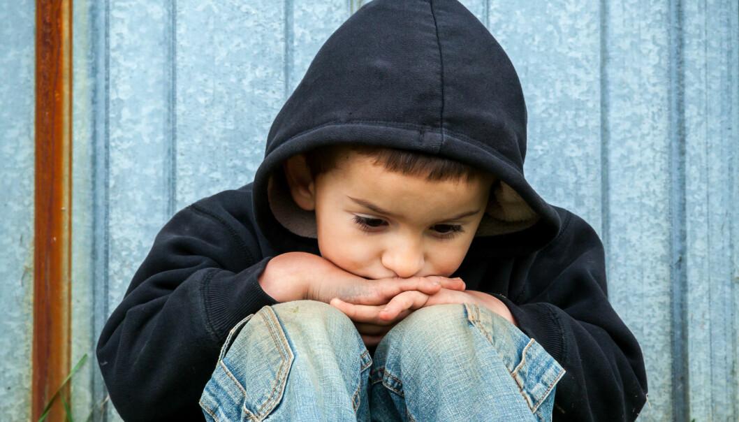 Sensitivitet fra voksne i forbindelse med mobbing betyr å ta det de ser, hører og føler som voksen knyttet til barns lek og vennskap på alvor. Kommunikasjonskulturen i barnehagen er avgjørende for hvordan bekymring for et barn blir tatt imot eller bagatellisert, mener artikkelforfatterne.