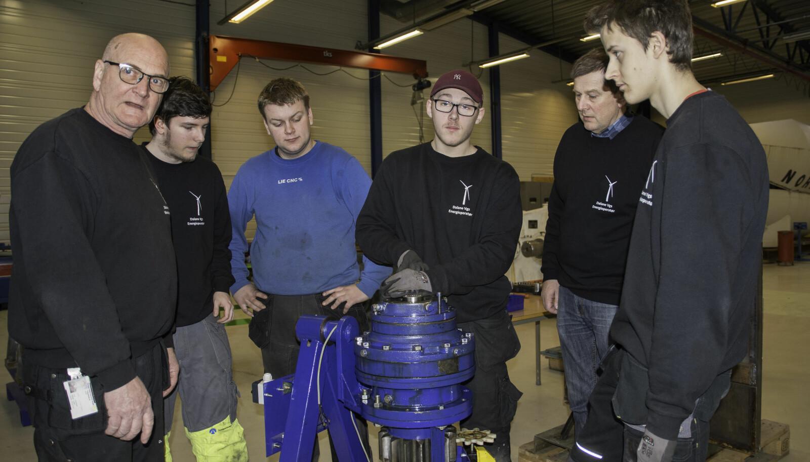Girkassen er sentral i dagens undervisning. Her er elever og lærere samlet. Det er fra venstre: Arnt Olav Seglem, Kasper Aleksander Jackowski, Fredrik Karlsson, Daniel Pedersen, Kurt Helgestad og Jan Wirowski.