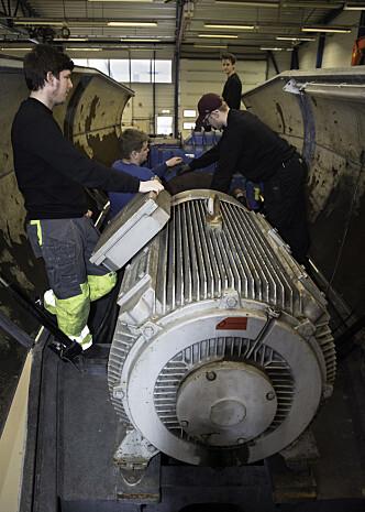 Elevene vedlikeholder deler i vindturbinen.