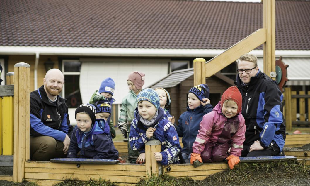 Det er 65 barn ved Eid barnehage i Melhus kommune. Her er en gjeng sammen med Audun Forr, leder i barnehagen (t.v.) og Knut-Arne Pedersen, pedagogisk leder (t.h.).