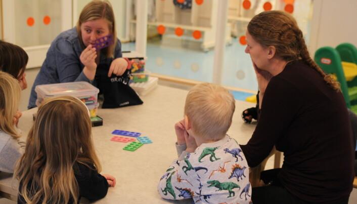 """Marianne og Gro Synnøve er pedagoger i Dønski Barnehage. Her har de tatt frem """"sanseposen"""", der barna kan kjenne og gjette på farge og antall hull."""