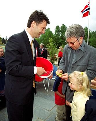 Jens Stoltenberg var loddselger for skolekorpset under 17. mai-arrangementet i 2000 på Kringsjå skole. Han solgte lodd til Egil Drillo Olsen og datteren Kine Olsen.