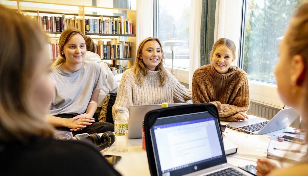– Fritt skolevalg og økt segregering er definitivt et tema vi diskuterer, sier Lovisa Forsberg, Elvira Sjöberg og Mira Engstrøm.