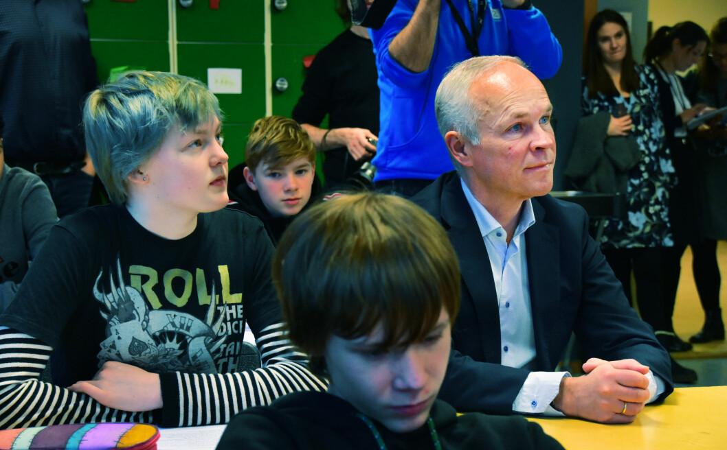 Kunnskapsminister Jan Tore Sanner har satt seg ved skolepulten på Jordal skole og fikk lære om betydningen av tid for god undervisning.