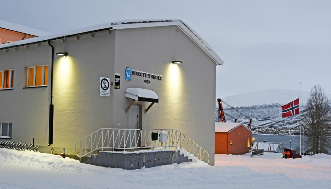 Den omkomne jenta var elev ved Borgtun skole i Tromsø. Der flagges det på halv stang i dag.