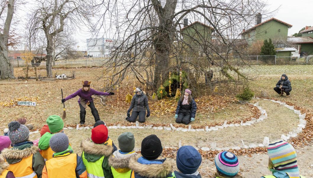 Naturen er en lekeplass i stadig forandring. Her forteller fra venstre barnehagelærerstudentene Anna Herold, Kristine Brurok, Sandra Brovold og Eirin Skurseth Aarnes eventyret om dyrene i skogen.