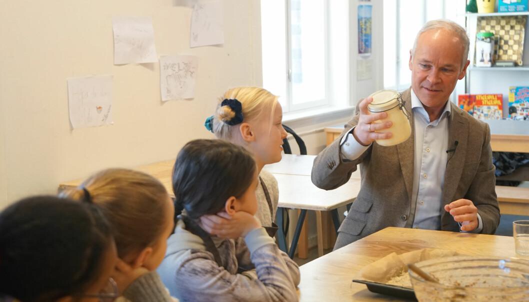 Jan Tore Sanner forlenger muligheten for unntak fra lærernormen. Her ved et besøk ved Grünerløkka skole tidligere i år.