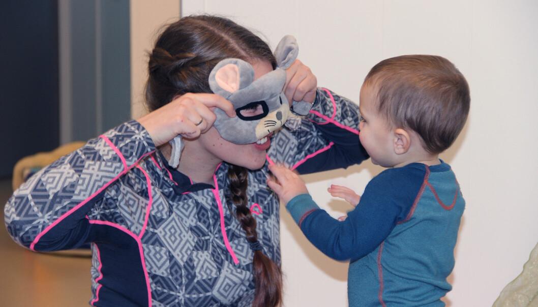 Barnehagelærer Hanna Svendsen kan være enda mer til stede og leke med ettåringen Davis når hun slipper mange praktiske oppgaver uten barn. Eikeliveien barnehage har innført arbeidsoppgaver ut fra utdanning og ikke vaktliste.