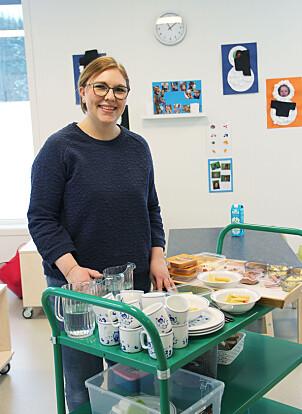 . Assistent Kathrine Kolerud Nilsen gjør klar maten til lunsj og synes det er fint å gjøre praktiske oppgaver i barnehagen. Hun har likevel frihet til å ta med barna for å dekke bordet.