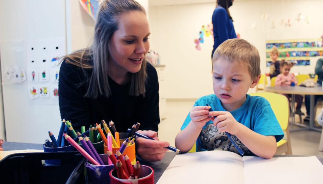 Pedagogisk leder Trine Busch gjør færre praktiske oppgaver og har mer tid til å tegne og leke med barna, som Ulrik Nicolaysen (4), etter at barnehagen innførte arbeidsoppgaver ut fra utdanning og ikke vakter