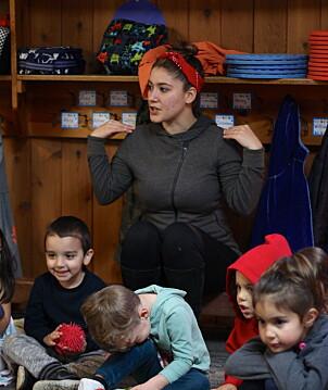 Pedagog Tiana Smith har ansvar for pedagogiske aktiviteter med barna, som den daglige sangrutinen Rainbow Time, der barna synger og lager klappeleker