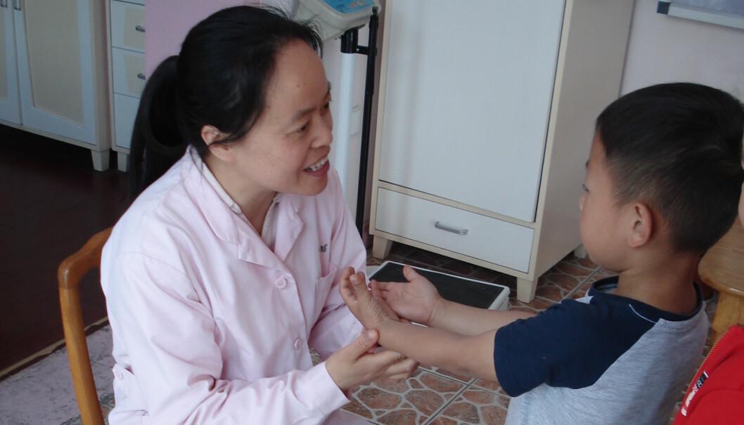 Xingrui Qian og alle de 610 andre barna i den kinesiske barnehagen Kunshan Fushikan får helsesjekk av en sykepleier hver morgen for å hindre at sykdommer skal spre seg i den store barnehagen