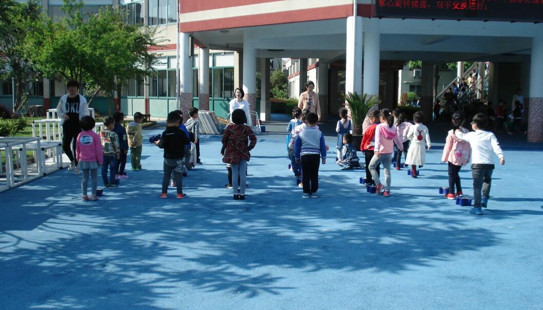Den første halvtimen før undervisningen starter, har de kinesiske barna morgengym i grupper ute