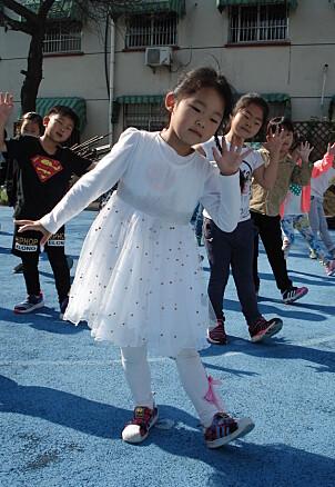 Kinesiske barn har ikke lenger uniform i barnehagen, men bevegelsene i gymtimen på morgenen må gjøres unisont.