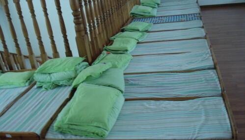 Alle barna som er fra 3 til 5 år, sover fra klokken 12.10 til 14.10 inne i senger