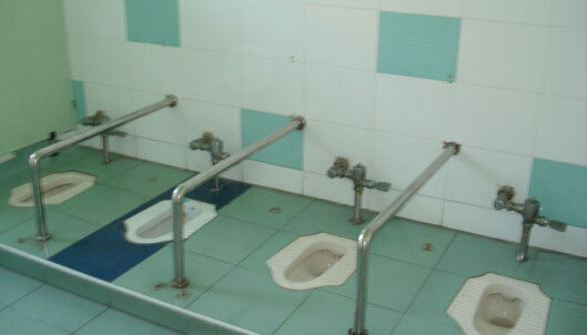 Omsorgsarbeideren har ansvar for at hygienen på toalettene i barnehagen er god.