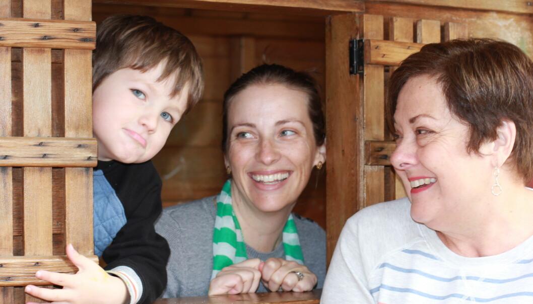 Libby Deatsch (t.v.) er en av foreldrene som jobber skift i Lafayette Nursery School i California to til tre ganger i måneden sammen med barnehagelærer Connie Hawkins (t.h.) Libby er godt fornøyd med å få mer tid med sønnen Jameson.