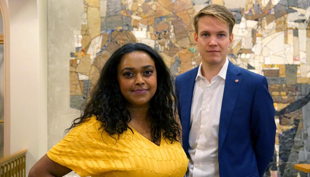 Arbeiderpartiets utdanningspolitiske talsperson i Oslo Kamzy Guanaratnam og stortingsrepresentant for Ap Torstein Tvedt Solberg mener regjeringen både nekter å lytte til forskningsbasert kunnskap og overkjører lokalpolitikere.