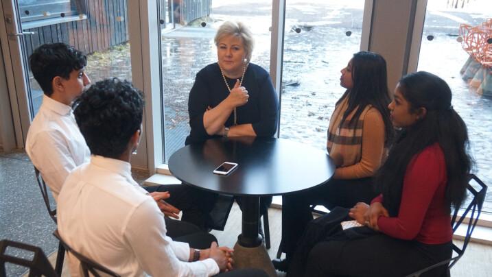 Statsministeren stilte mange spørsmål til elevene og lyttet interessert.