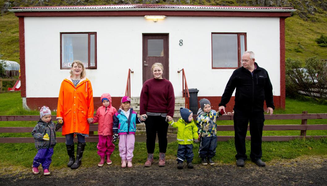 Leder Marta Guðrún Jóhannesdóttir (t.v.), pedagog Hildur Aradóttir (i midten) og kjøkkenassistent Tryggvi Ólafsson (t.h.) sammen med barna Katrín Halla (t.v.), Ásdís Helga, Maríanna, Ási Þór og Haraldur Vignir. Pedagog Isabella Benediksdóttir hadde fri da bildet ble tatt