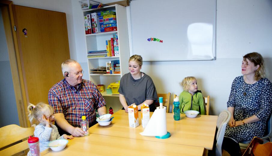 Barna i barnehagen starter dagen med et lite glass fiskeolje sammen med kjøkkenassistent Tryggvi Ólafsson (f.v.), pedagog Hildur Aradóttir og leder Marta Guðrún Jóhannesdóttir.