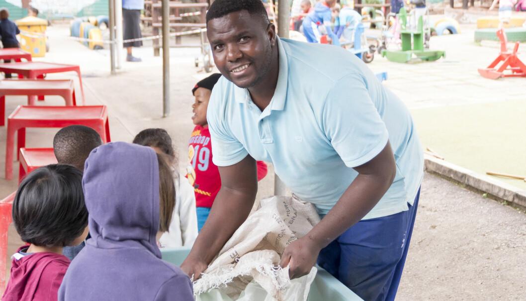 Altmuligmann Nathi Ngubane er en av to mannlige ansatte ved Sunnylea barnehage i Sør-Afrika og et sjeldent syn i landet.