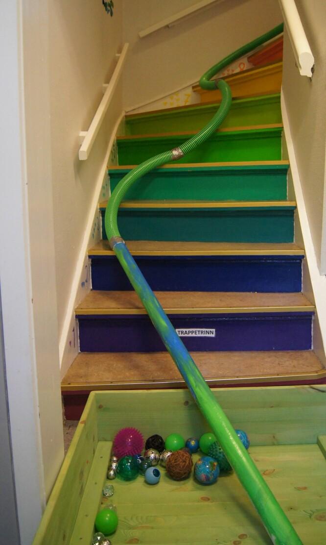 Trappa er et godt sted å eksperimentere med trillebaner. Der kan objektene få stor fart.23