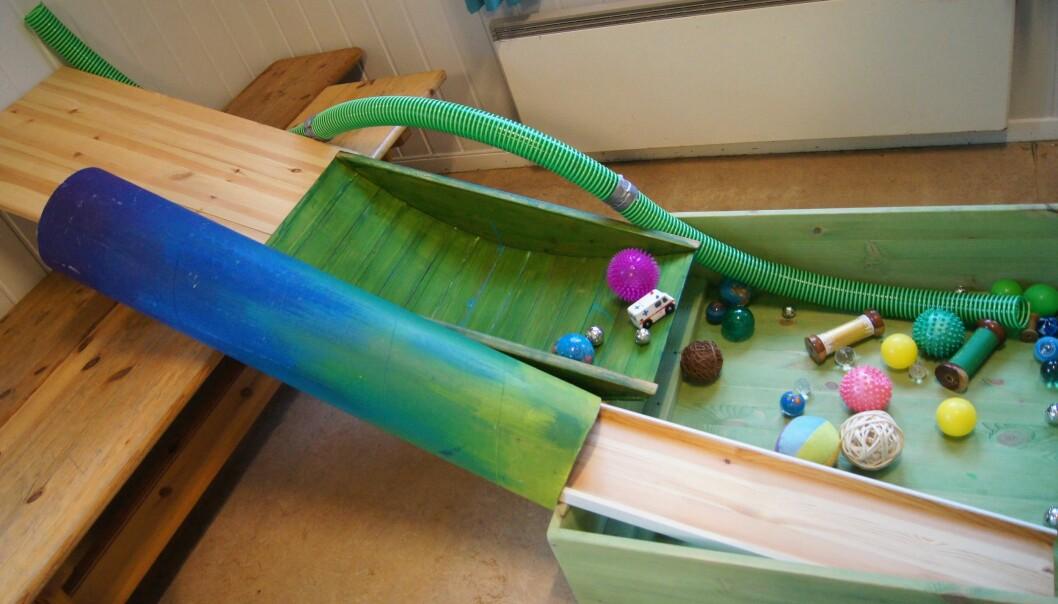 Baner kan lages av ulike typer rør og renner – gjerne gjenbruksmateriell. Papprør fra stoffbutikker, eller plastrør som kan settes sammen, kan bli lange trillebaner der spenningen stiger for hvert rør barna klarer å tilføre.