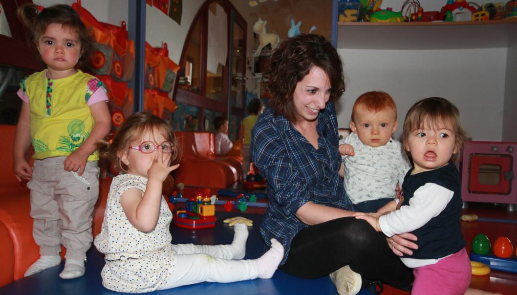 Som ansvarlig for at læringsmålene følges opp i hverdagen, jobber barnehagelærer Aurore Bourchis annenhver uke på hver av de to avdelingene i den franske barnehagen. Her med Louisa (f.v.) (1,5), Angélina (2), Arthur (8 måneder) og Lucie (1).