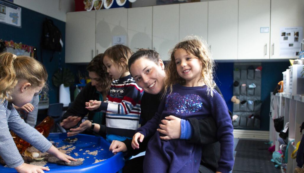 Daglig leder Madeleine Clarke tilbringer mesteparten av dagen sammen med Eva (t.h.) og de andre barna, i tillegg til å ta seg av kontorarbeid
