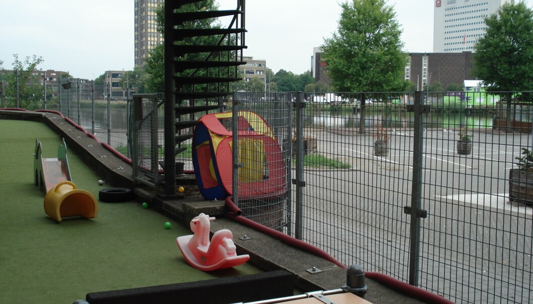 Uterommet i den nederlandske barnehagen i sentrum av Rotterdam er lite, så derfor tar de ansatte barna ofte med ut på tur.