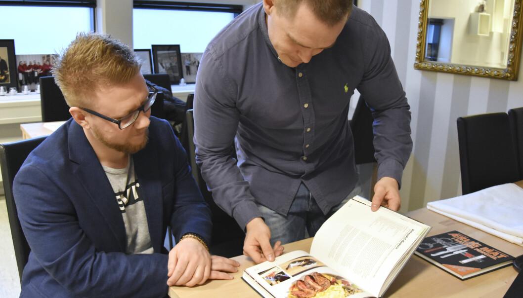 Elevene Kim Andreas Kristiansen og Robin er godt fornøyd med kokeboka.