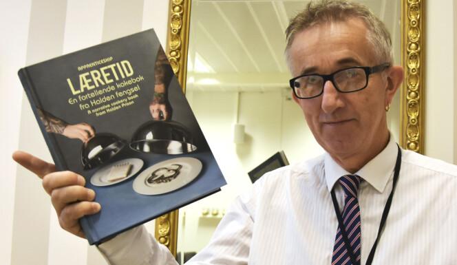 Lærer Yngve Mathisen hadde ideen til kokeboka. Han holder den gjerne stolt opp i restauranten.
