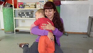 Barnehagelærer Soledad forteller at barna blir godt kjent med alle ansatte når de deler på alle oppgavene i barnehagen