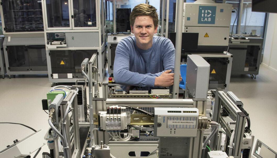 Olai Frøystad er stolt av det supermoderne, digitaliserte laboratoriet. Her har han også klasserommet sitt.