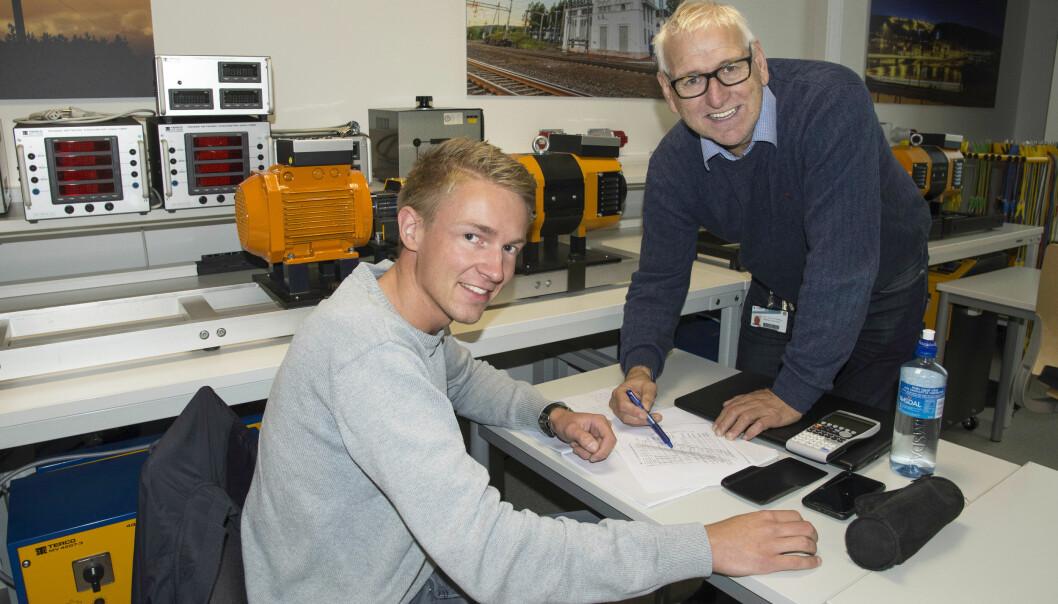 Anders Loftsgård går andre året på elkraft, og får råd av lærer og utviklingsleder Jonny Pettersen. Studentene får kunnskap om alt som skjer fra kraftverket til strømmen er inne i husene til folk.