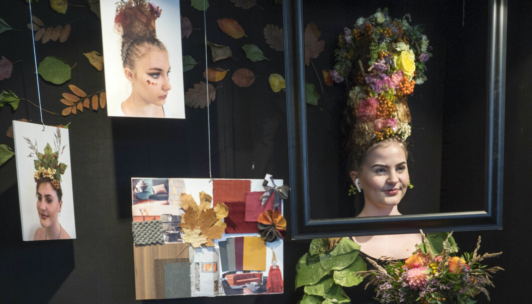 I høstmonteren satt Camilla Gudvangen Gilberg og balanserte en halvmeterhøy blomsterdekorasjon på hodet.