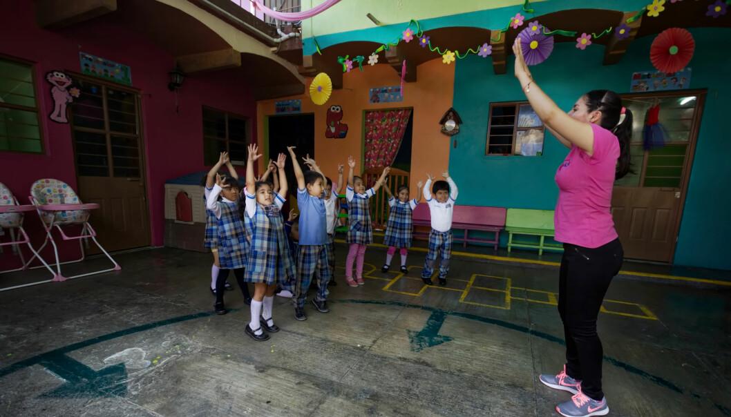 Barnehagelærer Margarita Aragon gir barna et lite avbrekk med fysisk aktivitet og pusteøvelser.
