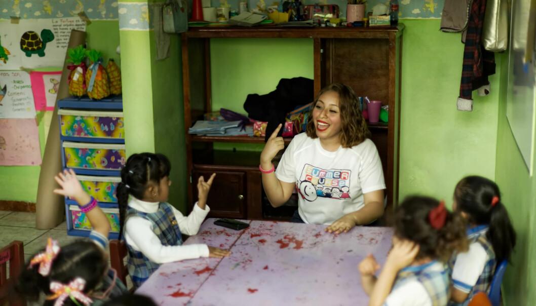 Engelsklærer Marìa Ximena Vázquez Gutiérrez underviser barna i engelsk i den mexicanske barnehagen CODI Semillitas – Instituto Educaré og er der bare når hun har timer.
