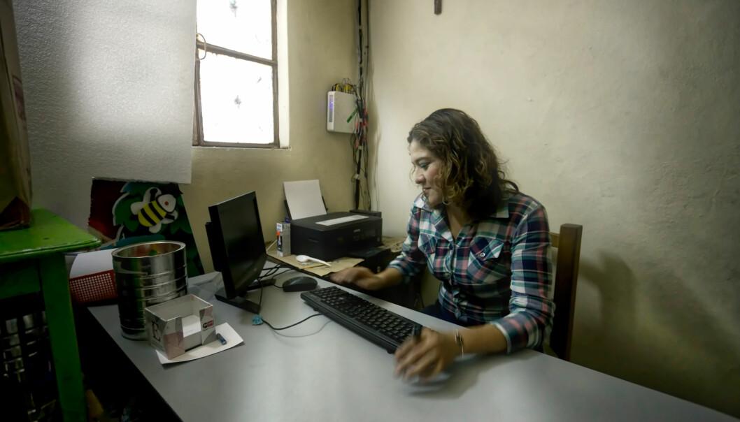 Som leder blir det mye kontorarbeid for Ericka Hernández. – Jeg savner det å jobbe mer direkte med barna, sier hun.