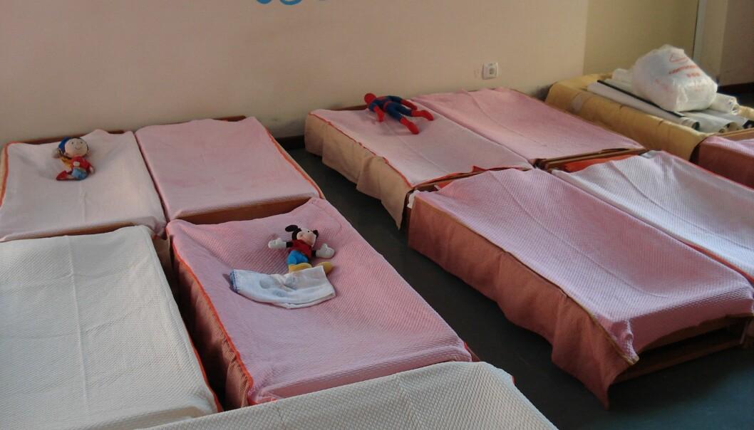 Barna som går i barnehagen, er mellom tre og fem år gamle og sover inne i senger.